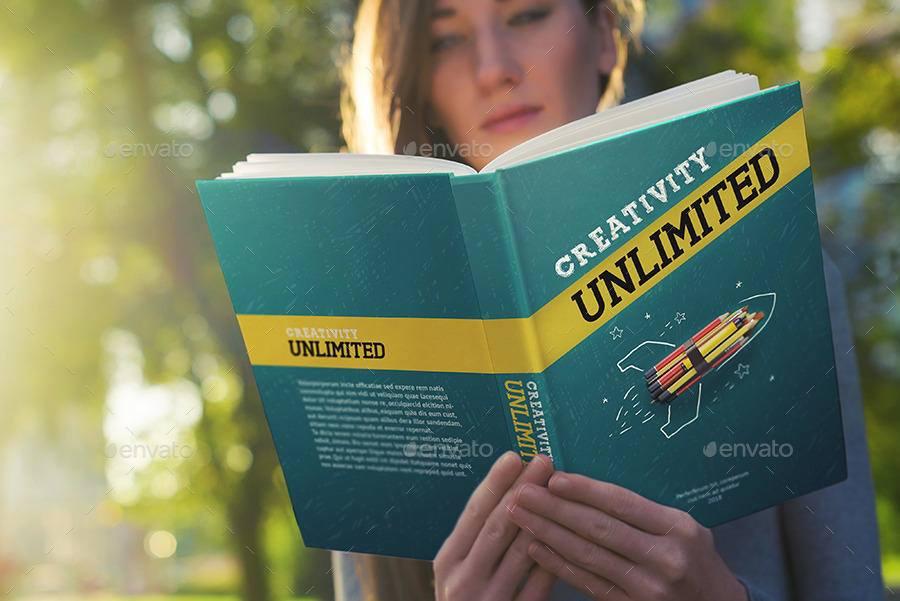 موکاپ جلد کتاب در دست زن در حال مطالعه